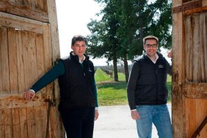 Los Hermanos Hernáiz Eduardo y Victor con el viñedo al fondo
