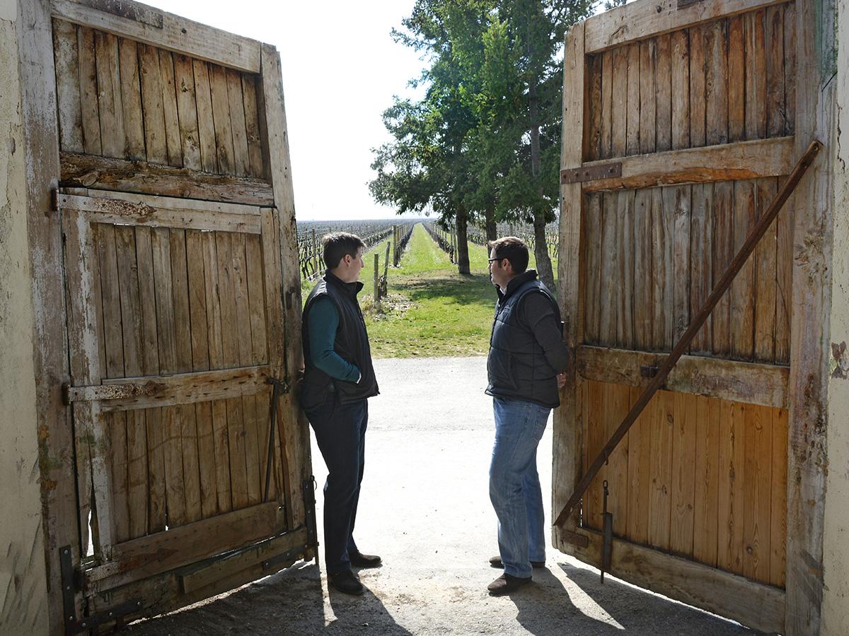 Eduardo y Victor Hernáiz  en la bodega