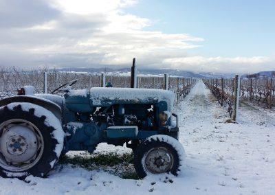 Vista-con-tractor-nevado-en-Finca-La-Emperatriz