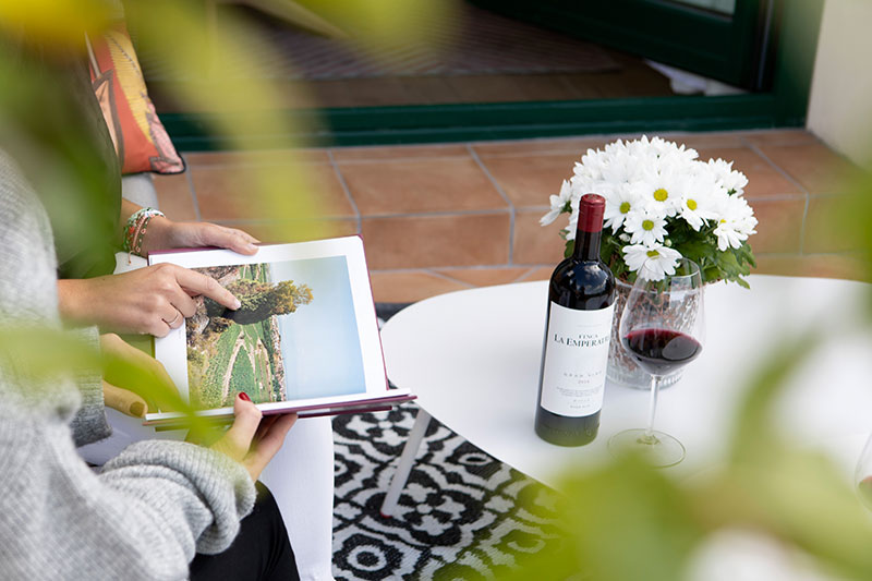 Wine tourists reading